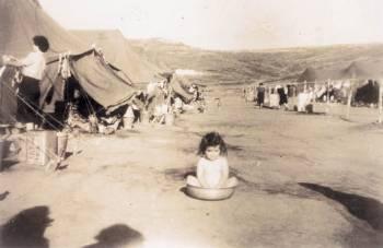 Ενα σπάνιο φωτογραφικό ντοκουμέντο, αδιάψευστος μάρτυρας της βάρβαρης εκτόπισης γυναικών, ακόμη και μικρών παιδιών, στο κολαστήρι της Μακρονήσου.