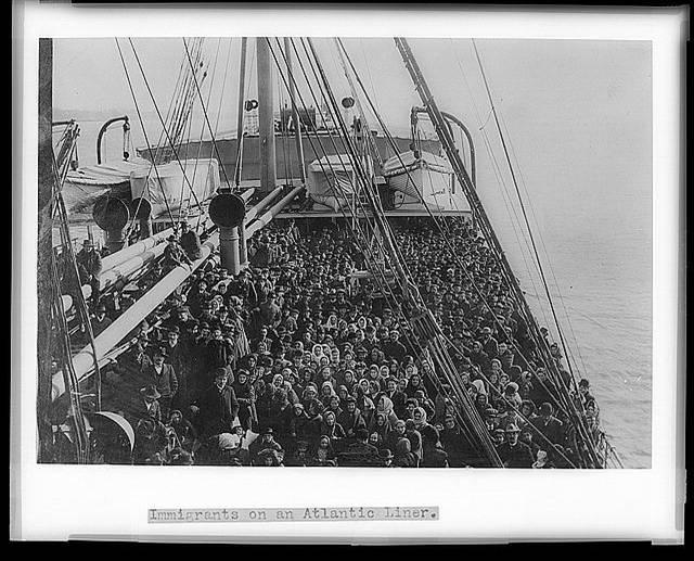 μετανάστες σε ατμόπλοιο που τους μεταφέρει στην Αμερική