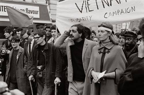 Διαδήλωση εναντίον του πολέμου στο Βιετνάμ. Ο Στίβεν Χόκινγκ ―με τις πατερίτσες, η ασθένειά του είχε μόλις εμφανιστεί― μαζί με τον Ταρίκ Αλί και τη Βανέσα Ρεντγκρέιβ.