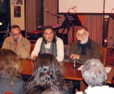 """Παρουσιάζοντας το βιβλίο """"Άσπρα μαντίλα..."""". Θάνος Μικρούτσικος, Κώστας Λουλουδάκης, Αλέξανδρος Πατραμάνης"""