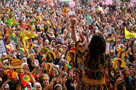 Ayla Akat Ata, ομιλήτρια στο Συνέδριο Ελεύθερων Γυναικών, στον εορτασμό της 8ης Μαρτίου, όταν ήταν ακόμη βουλευτής.