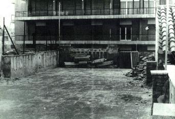Η ταράτσα της Μπουμπουλίνας και η όψη της απέναντι πολυκατοικίας στην οδό Τοσίτσα.