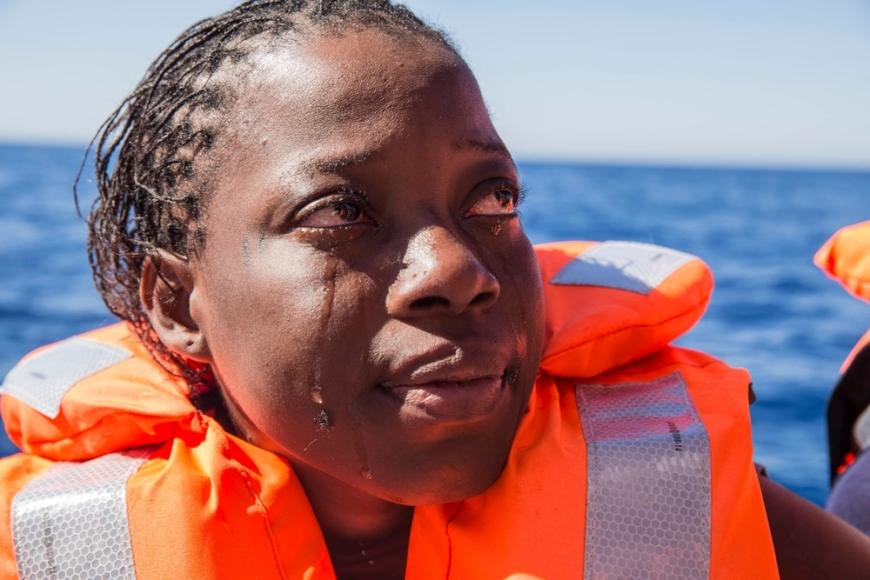 ΚΕΝΤΡΙΚΗ ΜΕΣΟΓΕΙΟΣ – © ANNA SURINYACH / MSF Μάιος 2016: Γυναίκα από την Ακτή Ελεφαντοστού μόλις διασώθηκε από βάρκα που κινδύνευε στη Μεσόγειο και ξεσπάει σε κλάματα.