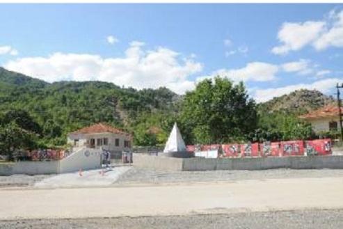 Tο Μουσείο και το Μνημείο στο κέντρο του χωριού Θεοτόκος